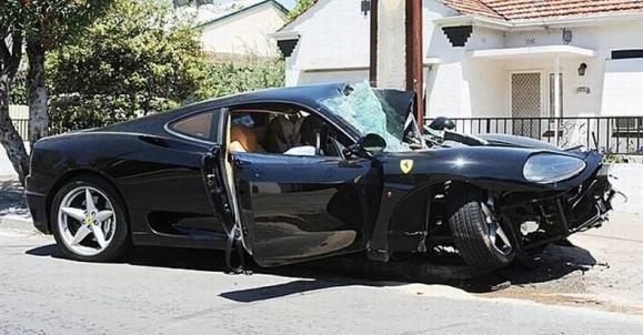 Stulpas apsižiojo beveik visą Ferrari
