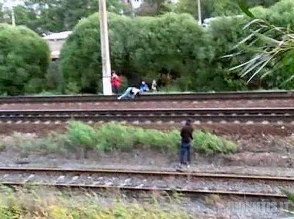 Gulėti tarp bėgių kai važiuoja traukinys - tai drąsu ar kvaila? (11 nuotraukų)