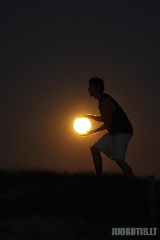 Paveikslėliai su mėnuliu (14 nuotraukų)