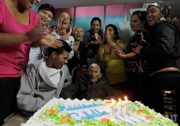111 metų žmogus (7 nuotraukos)