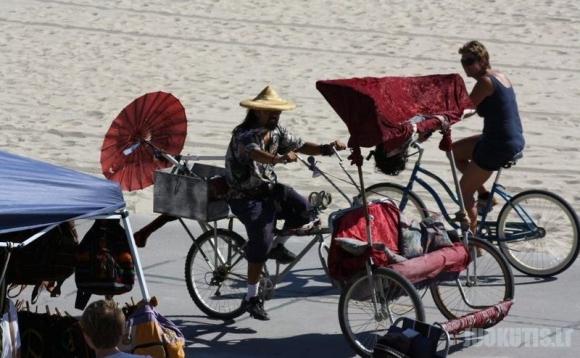 Gražios moterys ir keisti žmonės Kalifornijos paplūdimyje