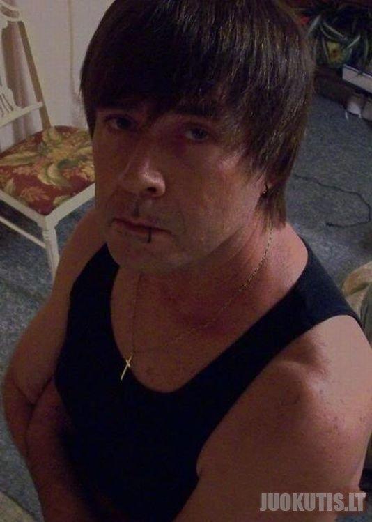 Keturiasdešimties metų emo vaikinas (3 nuotraukos)