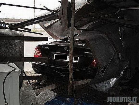 Mercedes-Benz S-500 virto laužo krūva