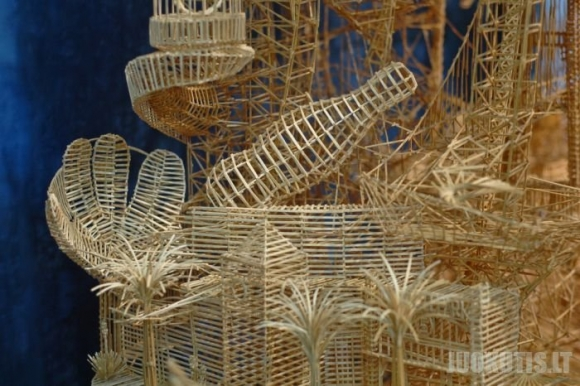 Stebuklinga skulptūra iš 100.000 dantų pagaliukų