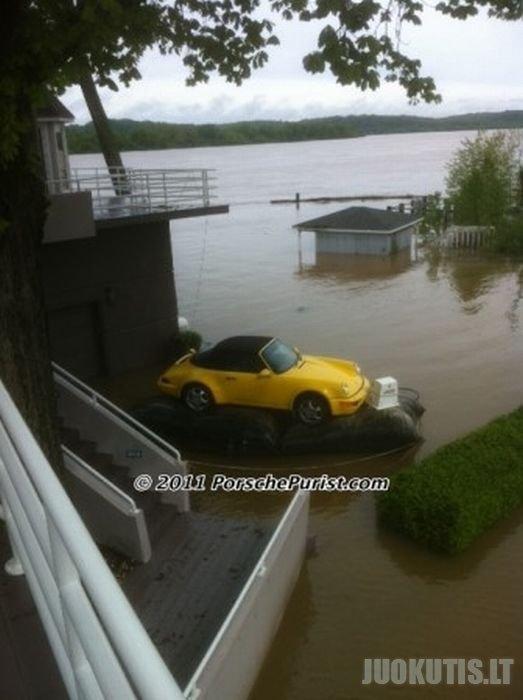 Savo mėgstamos Porsche gelbėjimas nuo potvynio
