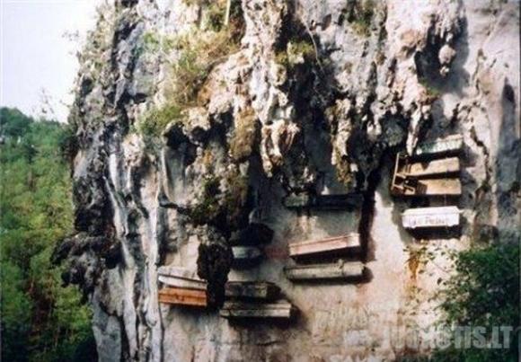 Kapinės ant Filipinų Sagados uolos