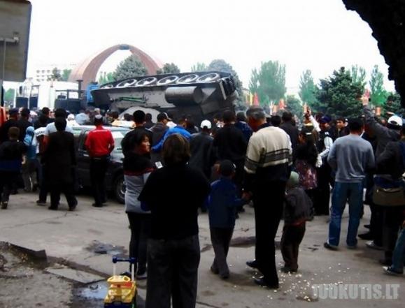 Kirgizijoje minint pergalės dieną apsivertė tankas