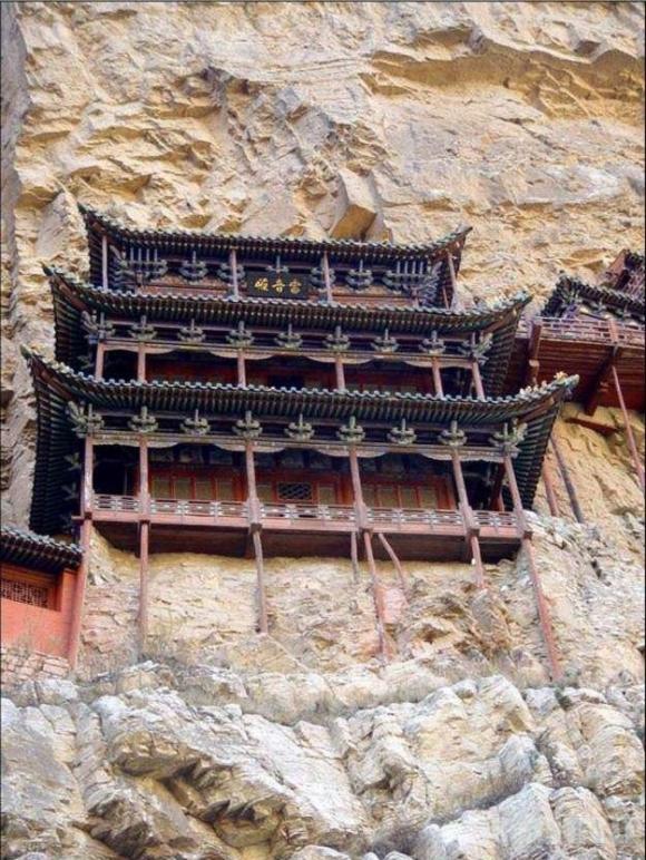 Kinietiški namai uolose