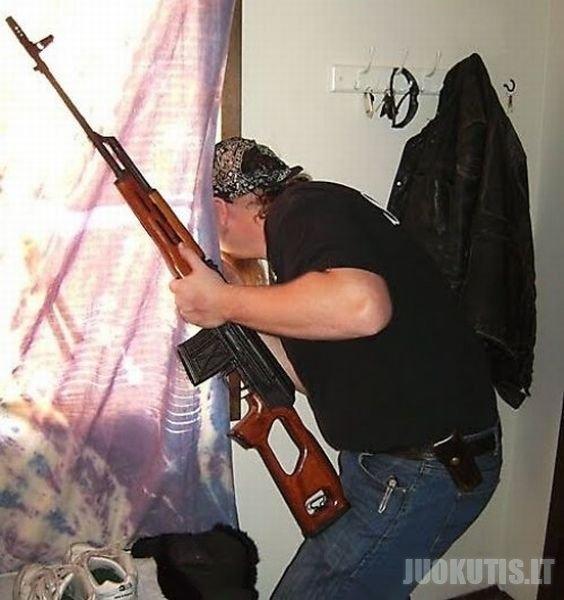 Žmonės su ginklu rankose
