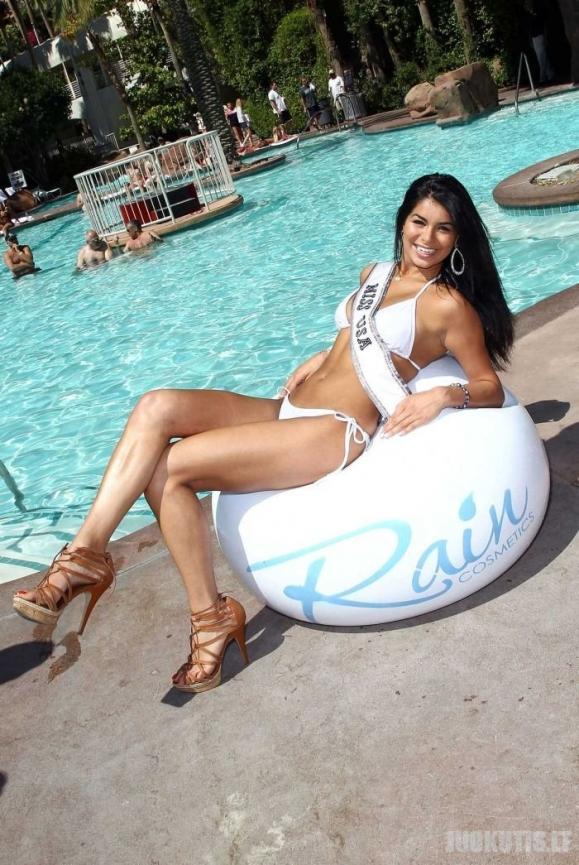 Miss JAV 2010 Rima Fakih, draugių su bikiniais aplinkoje