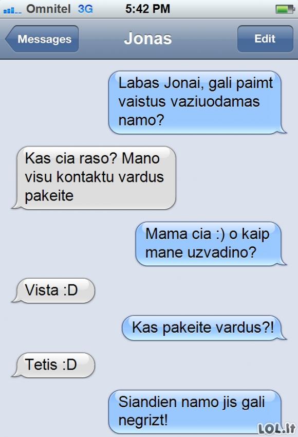 Tėtis persistengia juokaudamas su mama
