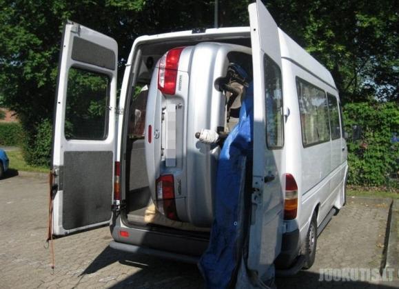 Atspėkite, ką kontrabandininkai vežė mikroautobusu?