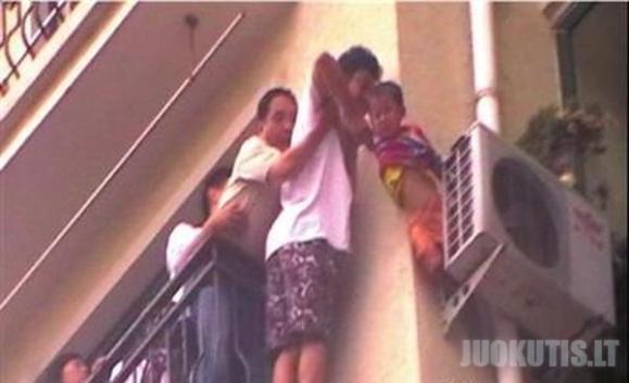 Berniukas išgyveno, po kritimo iš 8 aukšto