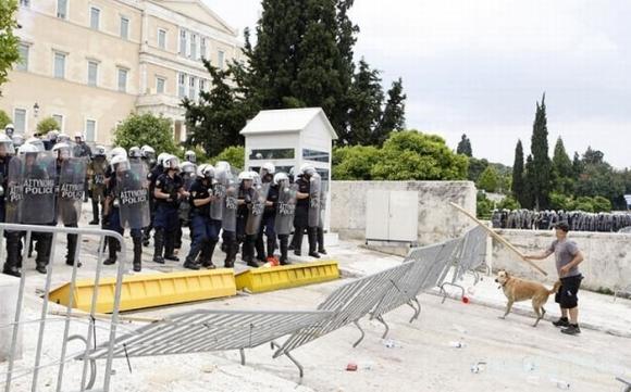 Anarchija Graikijoje: opoziciją įkvėpia šuo