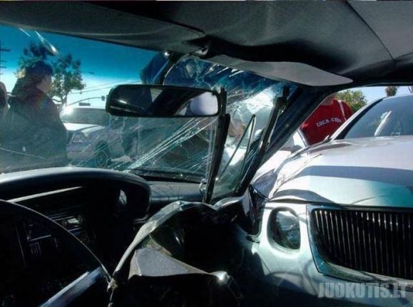 Juokinga avarija iš dviejų retro automobilių atėmė gyvenimus