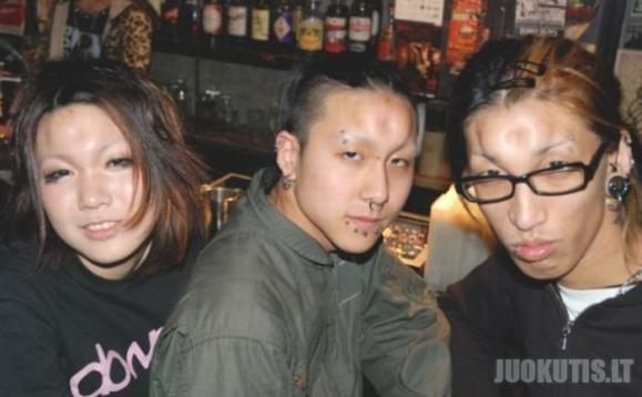 Japonų paaugliai tyčiojasi iš savęs