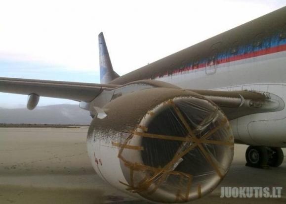 Lėktuvas padengtas vulkaninias pelenais