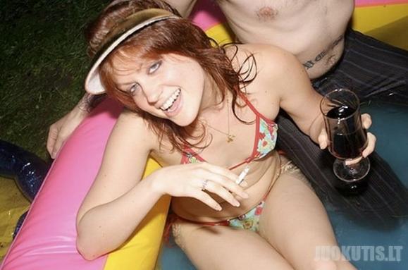 Gražių merginų prie baseino rinkinys