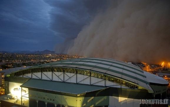 Dulkių debesys apėmė Arizonos miestus