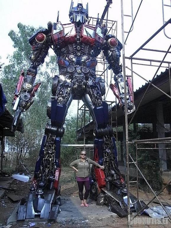 Milžiniški transformeriai pagaminti iš auto dalių