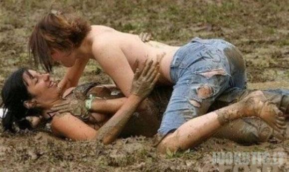 Moterų imtynės purve