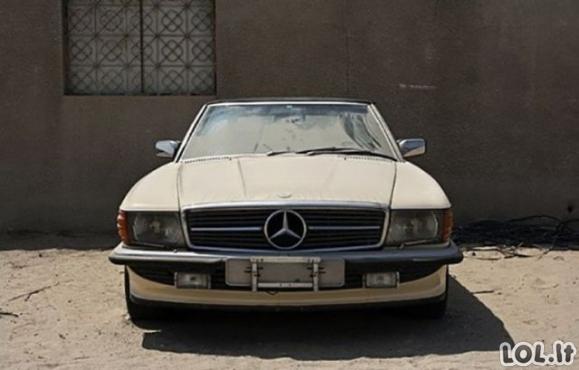 Šeimininkų pamiršti automobiliai Dubajuje