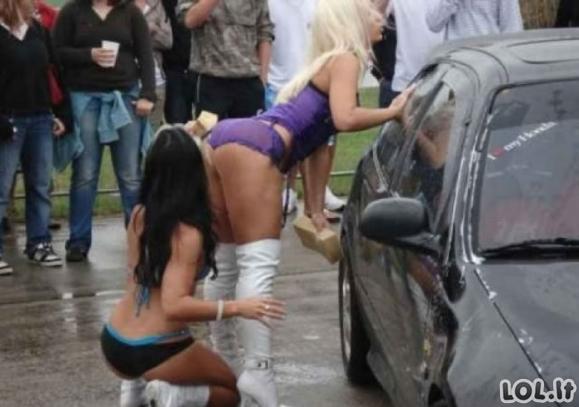 Seksualios merginos plauna mašiniukus