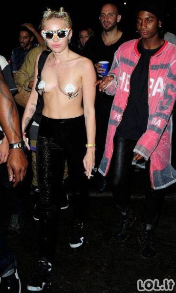 Myley Cyrus gatvėje pasirodė nuogais papais