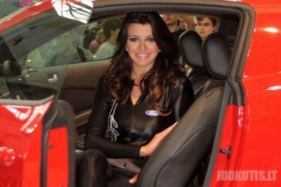 Merginos iš auto parodos