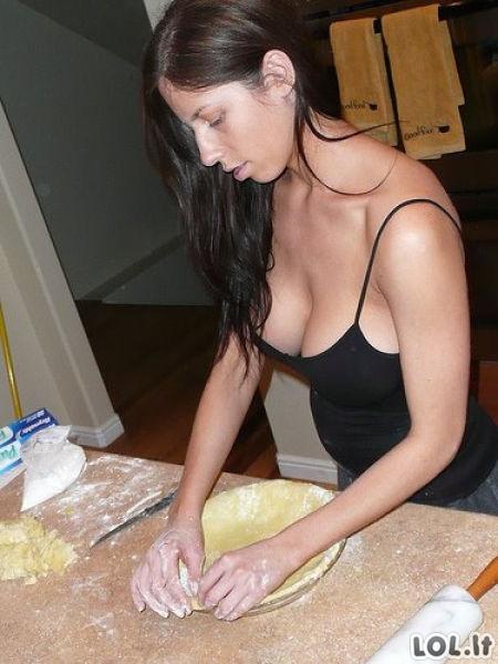 Gundančios merginos virtuvėje
