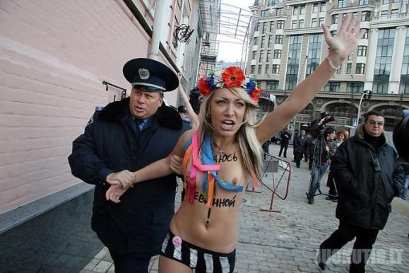 Ukrainos aktyvistės apsinuogino prie policijos nuovados