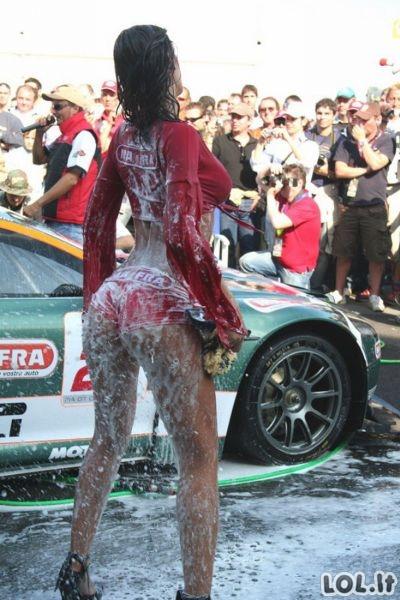 Merginos, kurios žino kaip plauti mašiną