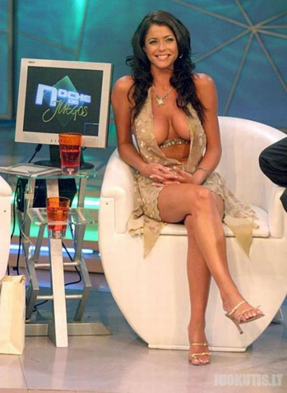 Televizijos populiarumą štai taip didina Pamela David (10 nuotraukų)