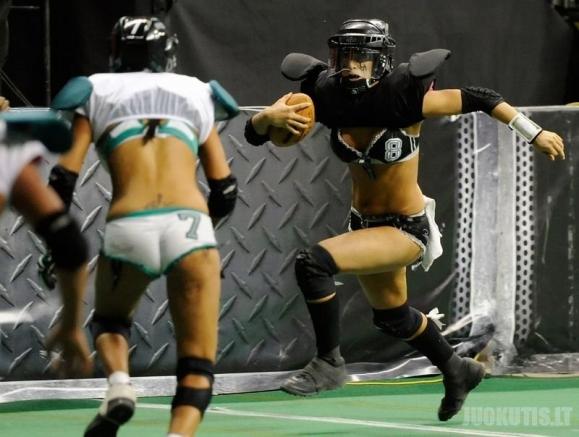 Amerikietiškas futbolas tarp merginų (7 nuotraukos)