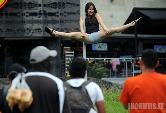 Merginų šokiai ant gatvių stulpų
