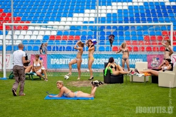 Maskvos regiono futbolininkės žaidė su bikini apranga