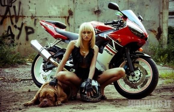 Karšta motociklininkė Ema