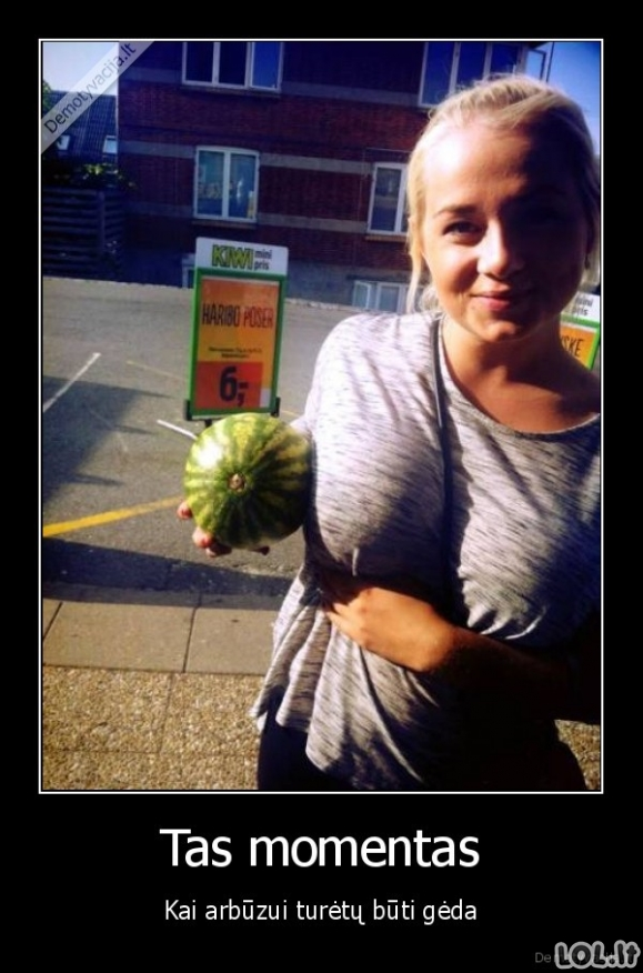 Mergina su trimis arbūzais