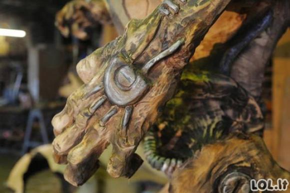 Įspūdinga skulptūra iš seno medžio