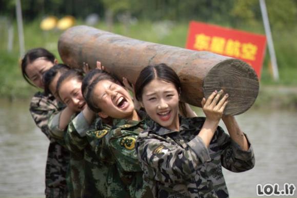 Ką turi praeiti Kinijos stiuardesės?