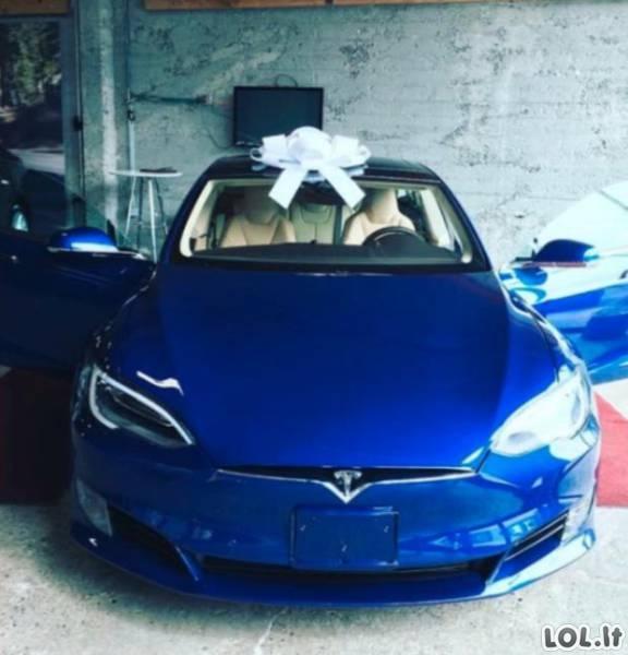 Už pakeltus atlyginimus darbuotojai bosui nuperka automobilį
