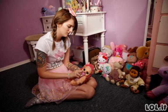 21-erių metų mergina gyvena kūdikio gyvenimą