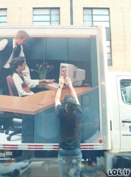 Štai kas nutinka, kai priparkuoji sunkvežimį priešais dizainerių ofisą
