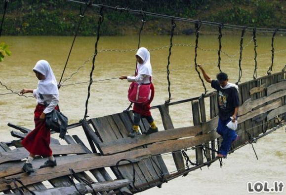 Kaip vaikai keliauja į mokyklą skurdžiose šalyse?