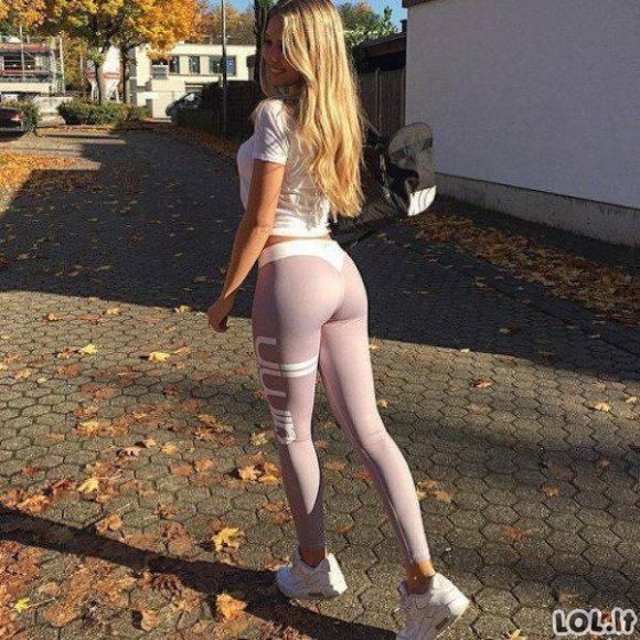 Sportiškos mergaitės jogos kelnėse