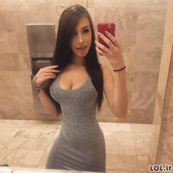 Karštos merginos ankštose suknelėse