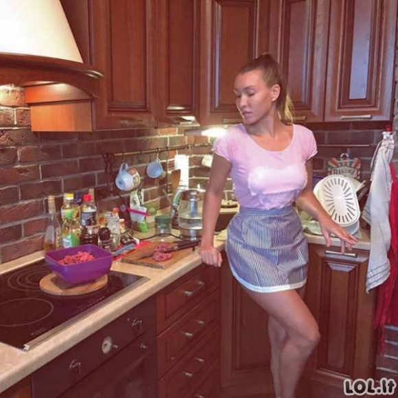 Karštos merginos virtuvėje [GALERIJA]