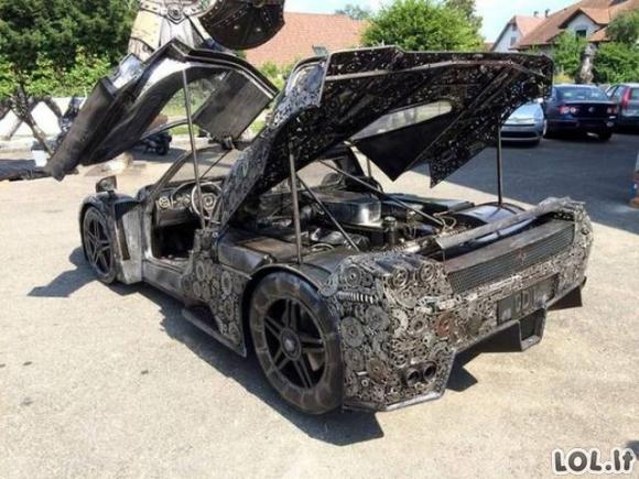 Superautomobilis, pagamintas iš šiukšlių