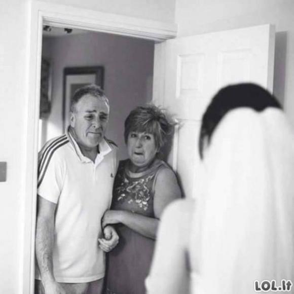 Širdį griebiančios tėvų reakcijos, kai jų dukros išteka