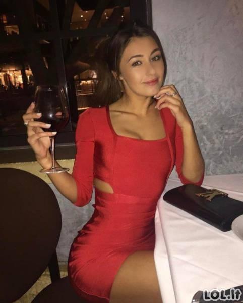 Prie kūno priglundančios suknelės yra tikras grožis